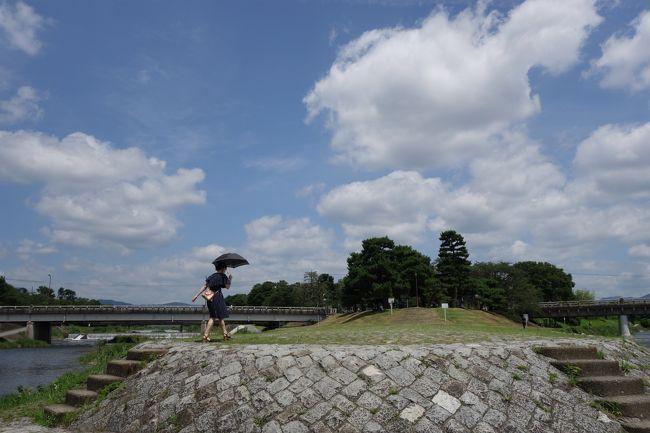 午後に予定があるのですが、それまでどうしようかな?あちこち閑散とは言え土曜日なので、観光地っぽく無いところで…出町なんかえぇかな?<br /><br />梅雨が明けたらすっかり京都の夏空です。が、出町には少し涼し気なところも…