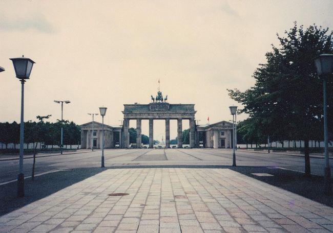 「古い写真をスキャン3(西ドイツから東ドイツへ列車で移動、1987年)」の続き。今回は東ベルリンに一週間滞在した経験をまとめておく。<br /><br />東ベルリンでの酷い経験の第一;バカ正直に東ベルリン到着後に公式の両替所で10万円分くらいの西ドイツマルクを東ドイツマルクに交換したのだが、学会の会場で知り合いのアメリカ人の先生から聞いたところ、私の交換法では、10分の1に価値が減じたとのこと!東ドイツ内で、内緒に西ドイツマルクを見せれば、9倍から10倍の額の東ドイツマルクに闇交換するのが、当時の常識だったのだ!そんなことは、地球の歩き方などにはまったく言及がなかった!解説を書いた人は連中とグルだったのか??ともかくも、私は初日に交換所で9万円くらいの損失を被ったのだ!もっとも、恐らく、学会からの案内書では、交換は東ベルリン到着後、正式な、つまり10分の1に価値が減額するところで交換するように案内がきていたのだろうが。。(ただし、最終日にその知り合いのアメリカ人の先生が10倍で交換したが、使い道がなかったから、今から使うのを手伝ってくれというので、一緒に数名の研究仲間を募って、豪華なバーに行き、「この方は、アメリカの皇帝の一族であるからして、全額支払ってくださるそうだ!」などといいながら、輸入シャンペンを飲んで豪勢な時間を過ごしたのだった。)<br /><br />日本から来ている先生方は、普通はウンター・デン・リンデンの高級ホテルに泊まっていて、一泊うん万円だとか払わされたとのこと!これは、私も事前に学会の推薦するホテルがあまりにも高価なので、私は東ドイツの学会本部に、手紙だったか、メールだったかを送り、安い宿を紹介できないなら、発表には行けなくなるかもなどと激しく書いたはずで、おかげで国民宿舎的な現地の人が普通に利用する宿を紹介してくれた。これはウンター・デン・リンデンの二つくらい裏通りにある宿で、この近辺のレストランも現地の人しかいなくて、値段もすべて数分の一だったと思う。ただし、この宿の部屋のテレビは西ドイツの放送チャンネルボタンは全て壊してあり、東ドイツの放送局しか見れなかった。(表通りのバカ高いホテルに泊まらされた西側の客は全てのチェンネルが見れた。親しい先生の部屋で確認した。)  <br /><br />こういう話は山ほどあり、鮮明に記憶している!長くなりすぎるので、今は控える。どこかでまた書き足すかもしれない。<br /><br />一枚目は東ベルリン側から見たブランデンブルク門。すぐ向こうにベルリンの壁があった。<br /><br />なお、追加として、ベルリン滞在中に一日、学会発表の中休みがあり、学会の世話でドレスデンをバスで往復した写真も後につける。このバスがドレスデンからベルリンに帰る途中で故障し、アウトバーンのなかで、6時間以上も放置された最悪の経験がある!!!救援には誰も来ないし、トイレも近くにないし、大変な時間を過ごした記憶が生々しい。エンジン・ベルトが焼け切れているだけの故障なのだが、放置されたままだった。もっとも、車内では、同じ専門の学者同士なので、退屈はしなかったのだが。。ベルリンに戻ったのは深夜を過ぎていたような。。。