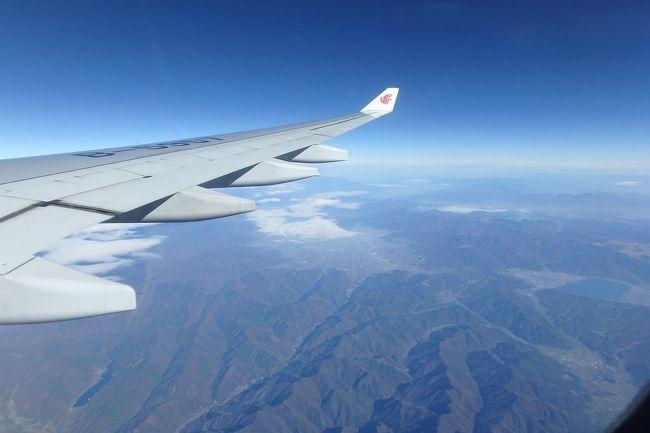 タイへの弾丸旅....<br /><br />インターネットでいろいろ検索して「行ったつもり海外旅」をしていたら、あまりの航空券の安さに釣られてタイはバンコク行きの航空券を購入してしまった。その格安航空券の運航会社は中国国際航空、それも北京経由便だ。<br /><br />購入後いろいろと調べたが「北京空港での乗換が鬼門」から始まり、「搭乗前からそこは中国」、「機内食が不味くて食えない」というネガティブな情報ばかり。安さに釣られて買ってしまった航空券、そして旅へ出かけるのだが不安だらけの旅になりそうな予感が....<br /><br />往路<br /> 羽田~北京<br /> 北京~スワンナプーム<br />復路<br /> スワンナプーム~北京<br /> 北京~羽田<br /><br />計4レグ分の搭乗記+アルファをこちらに記していきたい。<br /><br />まずは不安だらけの1レグ目の羽田~北京