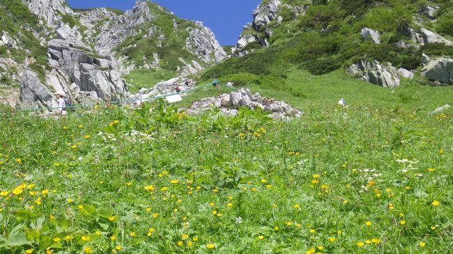 長梅雨が明け、連日の猛暑。3000m級の山に行けば涼むことが出来ると思い、ロープウエーを利用し楽して登れる山を探す。<br />菅の台からバスとロープウエーで2608mの千畳敷まで歩かずに上る。気温<br />16℃、長袖のシャツを着こみ千畳敷カールの遊歩道を歩き出す。一般観光客も多くお花畑を散策されている。2956mの木曽駒ケ岳を目指して急登を乗越浄土に、宝剣岳を左に見ながら緩やかな登りの中岳を経て、休憩を含めても2時間で木曽駒ケ岳山頂に。乗越に戻り、帰るのも早すぎるので南に聳える伊那前岳に登ることに。見えている山頂と思しき頂きは前衛峰で1時間ぐらい歩いてようやく山頂に。ここからの景色は素晴らしく、先ほど登ってきた中岳、木曽駒ガ岳がくっきり。5時間ぐらい涼みながら山歩きでした。