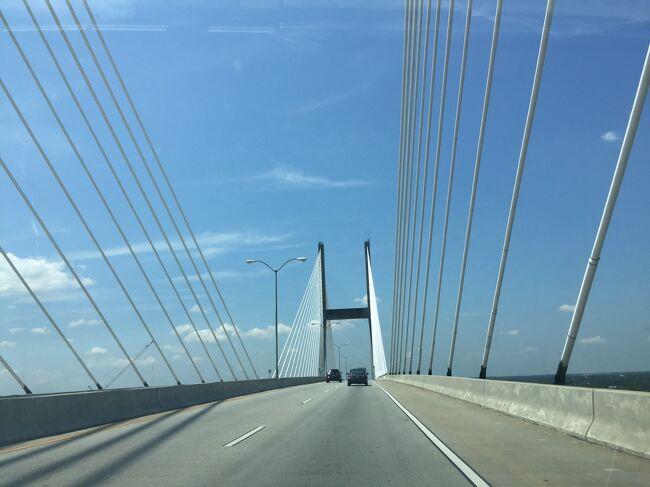 サウスカロライナ州とジョージア州の境になる川を渡るとすぐにサバンナの町が川沿いにあります。美しい橋を渡ります。