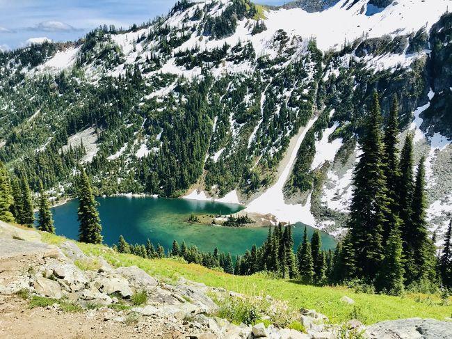 2020年7月5日~21日の17日間、ワシントン州の3つの国立公園(マウントレーニア、ノースカスケード、オリンピックとモンタナ州のグレイシャー国立公園に、私の大好きな雪と緑の山を見に、ドライブにトレッキングにと大周遊してきました。<br />国立公園の間には、ド田舎あり、温泉あり、ラベンダー畑ありとそれぞれの町も満喫しました。<br /><br />---------------<br />4日目<br />今旅一番、印象深い一日でした。<br />というのも、ノースカスケードのトレッキングが満開のお花畑に、雪とエメラルド色の湖にと美しい絶景が満載だった一方、雪がまだまだ残っており、一歩まちがえば滑落しそうなかなり危険なスポットがあったのです。<br /><br />一日歩き回って大疲労。<br />山の中のドライブも気持ちよかったです。雪が残りお花が咲く最高の季節だと実感しました。<br /><br />※コロナのリオープン状況にあわせて、ルールに従って行動。