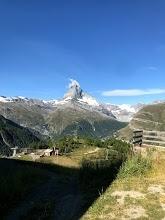 スイスに移住して1カ月。初の3連休を利用して、小旅行へ。ベルン、ジュネーブ、インターラーケン、行先をいろいろと考てみたが、やっぱりもともと行きたかったZermattへ。Zermattまでは電車で数時間。こんなに気楽に世界有数の山岳リゾートに行けるなんて。<br />当初は1泊だけするつもりで宿は取っていったのだが、結果的には2泊することに。初めてのドミトリー。日本に住んでた時は、いくら海外旅行を安くしたいからとはいっても、ドミトリーには泊まらなかった。それは、年に2回しか行けない海外旅行なのだから、せっかくの宿もある程度奮発したかったし、長旅なので疲れを残したくもなかったから。ところが、スイスに移住すると、ヨーロッパの各国まで数時間で行けてしまうし、月に1回(それ以上?)のペースで海外旅行が破格で出来てしまう。そうなれば、1泊や2泊、安宿に泊まるのなんてなんのその。<br /><br />今回は、2泊3日のZermattハイキングの旅です。※現地までの移動は省略しています。