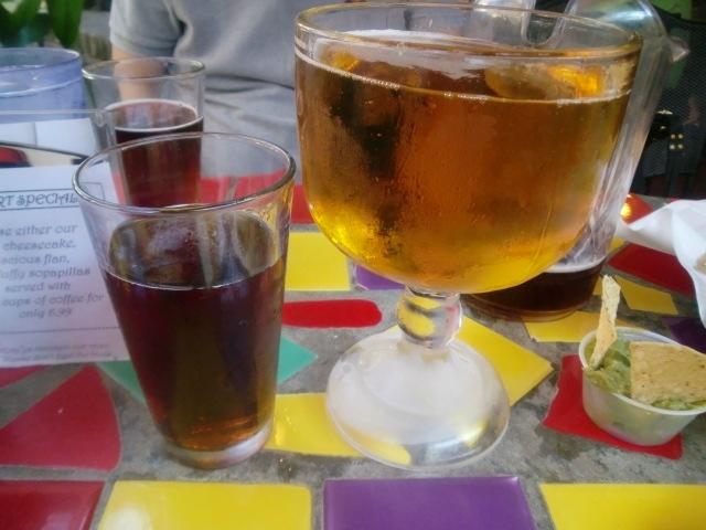 リバーウォークに来て、まずビールの飲める川沿いのレストランに入りました。まずはピッチャーで始めると、ジャンボサイズのグラスを発見。まるでミニ金魚鉢。