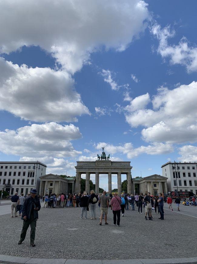 2019年8月~9月にかけて、4歳の息子と2人、トルコとヨーロッパを旅した記録。<br /><br />この旅のハイライトのひとつ、ベルリンに来ました!<br />学生の頃一度来たことがあるのですが、冬だったのとほぼ日帰りだったので思いきり楽しめたわけでもなく…<br /><br />今回は、ずっと息子と一緒に行きたいと思っていた博物館とベルリン動物園に行けて、この旅で初めて美術館にも行けて、大満足のベルリン滞在となりました。<br /><br />お天気に恵まれたこともありますが、他のドイツの都市に比べて、ベルリンの若い人が多く自由な空気がとても新鮮で楽しく、ドイツに来て初めてこの街に住みたい!と思いました。<br /><br /><br />▼コスト<br />ミュルハイムからベルリンまでICE<br />約9000円(大人1人、4歳は無料)<br /><br />ホテル代<br />The Circus Hostel<br />2泊 32000円<br /><br />▼ざっくりとしたスケジュール<br />8/16 成田発のターキッシュエアラインズでイスタンブールへ<br />8/17~8/18 イスタンブール観光<br />8/19 トルコ南部のリゾート地、ボドルムへ<br />8/19~8/21 ボドルム滞在<br />8/22 ボドルム→ギリシャのコス島へ<br />8/22~8/26 コス島滞在<br />8/26 コス島→アテネへ<br />8/26~8/28 アテネ滞在。<br />8/28 アテネ→ドイツ・デュッセルドルフ<br />8/29 デュッセルドルフ→オランダ・マーストリヒトへ<br />8/31 マーストリヒト→ベルギー・ブリュッセルへ<br />8/31~9/3 ブリュッセル滞在<br />9/3 ドイツ・ミュルハイムへ<br />9/4 ミュルハイム→ベルリンへ(★この旅行記)<br />9/4~9/6 ベルリン滞在(★この旅行記)<br />9/6 ベルリン→イスタンブールへ<br />9/6~9/9 イスタンブール滞在<br />9/9 イスタンブール→成田空港<br />9/9 陸の孤島となった成田空港へ降り立つ