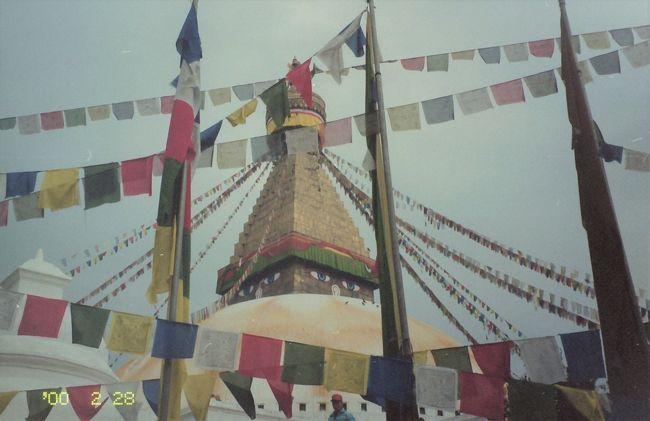 コロナの影響で、家族旅行もボツ、個人でもなかなか出かけにくい。<br />ということで、昔の旅行記シリーズガンガン行きます。<br /><br />5回の海外はヒマラヤのふもと・ネパールです。<br />山岳にある素朴な国と聞いていて、以前から一度行きたいなあと思っていました。<br /><br />ネパールの行き方はいろいろあるようですが、私はバンコク乗り継ぎのタイ国際航空でした。<br />トランジットでバンコクに1泊したあと、翌日の飛行機に乗ってネパールの首都・カトマンズにやってきました。<br /><br />さて、カトマンズ。<br />市内には仏教やヒンズー教に関わるいろいろな見所があります。そこを巡ってみました。<br />さらには、エベレストのすぐ近くまで飛んでみるヒマラヤ遊覧飛行(マウンテンフライト)にも搭乗。<br /><br />そもそもネパールという国自体、時間がゆったり流れているような気がして、ただ町歩きしているだけでも楽しいのでした。