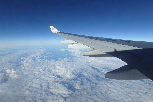 タイへの弾丸旅....<br /><br />インターネットでいろいろ検索して「行ったつもり海外旅」をしていたら、あまりの航空券の安さに釣られてタイはバンコク行きの航空券を購入してしまった。その格安航空券の運航会社は中国国際航空、それも北京経由便だ。<br /><br />往路<br /> 羽田~北京 https://4travel.jp/travelogue/11638551<br /> 北京~スワンナプーム https://4travel.jp/travelogue/11639084<br />復路<br /> スワンナプーム~北京 https://4travel.jp/travelogue/11640444<br /> 北京~羽田<br /><br />計4レグ分の搭乗記+オマケをこちらに記していきたい。<br /><br />バンコクからの帰り道。深夜便を利用して朝に北京到着。乗換時間があったので中国にいったん入国して空港内を軽く散策してみたが買い物や食事をとることもなかった。その後、出国をして帰国便となる羽田行に搭乗する。あとは遅れずに羽田に向かってくれたら言うことなし。さて、最終レグとなる北京~羽田はどんなフライトになったのか....。