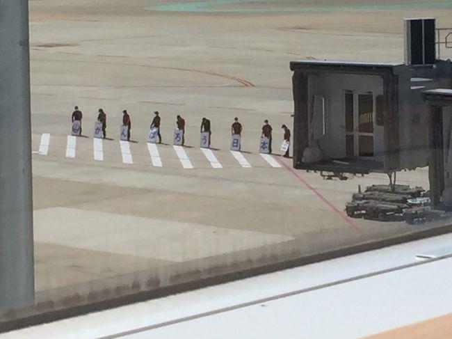 福岡での仕事を終え最終日は東京に帰るだけです。<br />株主優待券が余っていたので初のファーストクラス、折角なので夕ご飯が出る時間に搭乗しましょう。<br /><br />表紙の写真はラウンジからです。「がんばろう日本」と。<br /><br />