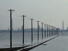 不思議な風景江川海岸海中電柱
