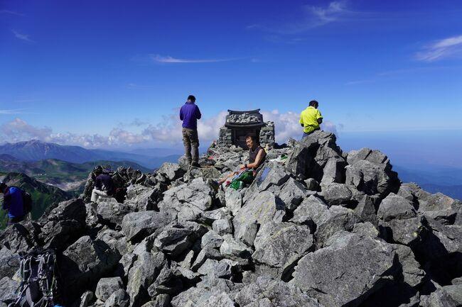 2020.8/23~27<br />剱岳登山記 2 8/24~26<br />テントからはい出しザックには水2リットル、行動食、雨具、ツエルト、薄いダウンジャケット、薬、財布をザックに詰め込む。荷物は4~5キロってとこか。3:30am 空は真っ暗で星が輝いていた。ゆっくり雷鳥坂を登り始める。年齢的に1dayで雷鳥沢キャンプ場のテントに戻るのはきついと判断し昨日室堂から剣山荘に本日の宿泊予約を入れておいた。<br /><br />9/23 自宅→立山駅駐車場(約6時間)<br />9/24 立山駅(ケーブル)→美女平(バス)→室堂→鏡池→雷鳥沢キャンプ場(テント泊)<br />9/25 雷鳥沢3:40→劔御前小屋5:05→剣山荘上部尾根7:25→一服劔8:05→前劔8:31→剱岳山頂9:10→剣山荘1   3:10(total 8時間30分)<br />8/26 剣山荘→雷鳥沢キャンプ場<br /><br />大学入学とともにいやいや入部させられたワンダーフォーゲルから58年たち登る人たちの山に対する対峙がずいぶん変わってきたことを感じる。誰もかれもがスマートフォンで美しい写真を撮り危ない岩稜帯もつき進んでいく。そして主役になるための最新装備とウエアーでニッコリ写真に納まる。<br /><br />僕が山を始めたころは加藤文太郎に憧れ、植村直己の著書を読み漁り、山田昇の8000m峰14座無酸素登頂を見守ったものだ。その頃の 山のぼらー は山に対する知識が豊富だった。山歩きの休憩時には必ず地図を広げ現在地を確認し、山テントの中では天気図をとり、乾燥食材を自分でこさえたものだった。提出する登山届には予定ルートを入れた地図まで添付したものだった。<br />今ではウエアーも登山装備もあのころとは全く違う。テント泊では常に25キロ以上を背負っていたキスリングは今ではかっこいいザックに13キロほどに納まってしまう。そして何年もかかって取り入れた知識は今ではスマートフォンという最強の装備で誰でも情報を入手でき、登山届に至っては登山届アプリで提出しOKだ!<br /><br />装備が良くなってどこでも行けてしまう顛末が恐ろしい。SNSで自慢したがる若者が知識以上の難度の山へ入っていくことが恐ろしい。<br /><br />無事、帰宅しニュースで剱岳チンネ(登攀ルート)で一名亡くなられたことを知る。ご冥福をお祈りする。<br /><br />コロナ自粛時に読んほしい山岳書<br />松涛明 風雪のビバーク<br />植村直己 青春を山にかけて<br />長谷川恒夫 山に向かいて<br />加藤保男 雪煙を目指して<br /><br /><br />