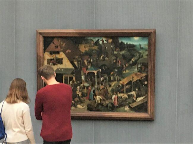 3日目の午後<br />ベルリンの絵画館でブリューゲル(父)の2枚の絵を鑑賞しました♪<br /><br />「二匹の猿」は、制作過程も展示されていて興味深かったです。<br /><br />「ネーデルラントの諺(ことわざ)」(タイトル写真)は、実物をとても楽しみにしていたので、諺を1つずつワクワクしながら確認していたら、あっという間に時間が経ってしまいました。<br />この旅行記では85個の諺を確認していきます。<br /><br />なお、85個の諺は以下のイベントで配布された資料を参考にしました。<br />◆没後450周年記念イベント!巨大スクリーン映像『見たことがないブリューゲル』を六本木ヒルズで見てきました!<br />https://4travel.jp/travelogue/11542362<br /><br />ブリューゲル(父)を好きになったきっかけは、トラベラーのnorio2boさんの旅行記『ブリューゲルをたずねる旅』のシリーズです。<br />旅行記を拝見して、ブリューゲル(父)の細かい描写が素晴らしいと思い、そしてnorio2boさんがブリューゲル(父)の絵を見るために海外を旅されていらっしゃる事も素敵だと思いました。<br /><br />norio2boさんは4トラのコミュニティ『ブリューゲル大好き』の管理人もなさっていて、現在は総集編をご作成中です。<br />◆ブリューゲルをたずねる旅~総集編第1部<br />https://4travel.jp/travelogue/11609121<br /><br />それでは3日目午後のブリューゲル鑑賞、少し説明が長い旅行記になりますが、ご一緒におつきあいください(^^)<br /><br /><br /><この旅行について><br />毎年9月に開催されるベルリンマラソン。<br />ついでにどこへ行くかルートを考えるのが毎年の楽しみ♪<br />今回、前半ドイツ・フィンランドは夫と一緒に、<br />そして後半ポルトガル・スペイン・ロシアはひとり旅。<br />JGC会員なので移動はワンワールド系航空会社とドイツ国鉄で計画。<br />ホテルはマリオットプラチナチャレンジを兼ねて予約しました。<br /><br />旅全体を通して、2つのテーマ「飛行機」と「ホテル」に特化した旅行記を作成しています。よろしければご覧ください☆彡<br /><br /> ◆【2019年秋ベルリンマラソン&ヨーロッパ5カ国14日間!航空券合計9.3万円でワンワールド系8つのラウンジ&8つの搭乗記】<br /> https://4travel.jp/travelogue/11560761<br /><br /> ◆【2019年秋ベルリンマラソン&ヨーロッパ5カ国14日間!マリオットプラチナチャレンジを兼ねた7つのホテル12泊滞在記!】<br /> https://4travel.jp/travelogue/11571548<br /><br /><br />☆☆旅程☆☆ <br />【前半:夫婦旅】<br />9/26(木)NRT11:25→FRA16:30 JL407 PYクラス特典航空券<br />      フランクフルト泊<br /> ◆【Day1 フランクフルト*マリオットプラチナチャレンジ「THE PURE」宿泊!】 https://4travel.jp/travelogue/11567842<br /><br />9/27(金)世界遺産「ライン渓谷中流上部」 フランクフルト泊<br /> ◆【Day2-1世界遺産:ライン渓谷中流上部☆ワイン酒場が立ち並ぶリューデスハイム♪】 https://4travel.jp/travelogue/11578123<br /> <br /> ◆【Day2-2世界遺産:ライン渓谷中流上部☆ライン川の渡し船&バッハラッハ!】 https://4travel.jp/travelogue/11642448<br /><br />9/28(土)Frankfurt(Main) Hbf → Berlin Hbf ICE1等車 ベルリン泊<br /> ◆【Day3-1ベルリンへ移動☆ICE1等チケットなのにDBラウンジに入れない!?】 https://4travel.jp/travelogue/11642447<br /><br />9/29(日)ベルリンマラソン ベルリン泊<br /><br />9/30(月)TXL9:35→HEL12:25 AY1432 ヘルシンキ泊<br /><br />【後半:ひとり旅】<br />10/1(火)HEL16:50→MAD20:15 AY1661 マドリード泊<br /><br />10/2(水)