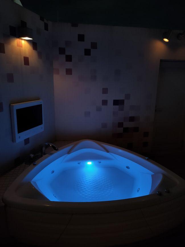 たまたま8月末5連休になり<br />日曜、GoToトラベルで安くなるので<br />普段泊まったことのない舞浜で<br />母と1泊してきました。<br />最初は高いホテルにするはずが<br />風呂付きで検索してたら<br />お得なホテルを発見!<br /><br />ナイスインホテル舞浜東京ベイ~premium~<br />朝食、フリーラウンジ(軽食、お菓子も)付き<br />ドリンクはアルコールも飲み放題&#8252;<br />色んな種類のマッサージ機使い放題<br />お風呂が全室ジャグジーなんですが<br />運良く露天風呂付きの部屋にUP GRADE <br />色々ついててヤフーでほぼ半額でした^^<br />