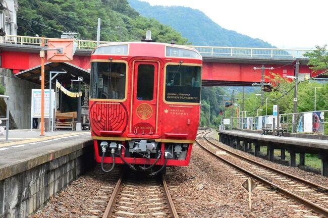 かずら橋からこんぴらさんへの交通として、最近人気のJR四国観光列車<br />「四国まんなか千年ものがたり」に乗りました。<br /><br />この列車は金土日祝に1往復のみ運転のため、この列車の日程と時間から逆算してスケジュールを立てました。<br />関東からだと遠方のレストラン列車に乗るためには観光、移動、宿泊地などのスケジュール合わせに結構敷居が高いものです。<br /><br />下り列車は資生堂パーラーさんの洋食、上り列車は地元割烹の和食なので、金曜日の上り列車に乗ることを基準にしてスケジュールを立てました。<br /><br />1日目 水曜日 成田-高松-大歩危 かずら橋 祖谷温泉泊<br />2日目 木曜日 奥祖谷の二重かずら橋 新祖谷温泉泊<br />3日家 金曜日 祖谷渓谷『四国まんなか千年ものがたり』大歩危-琴平乗車<br />4日目 土曜日 金比羅さん参り 大塚国際美術館 高松-東京<br /><br />時刻等は都度書くこととします。