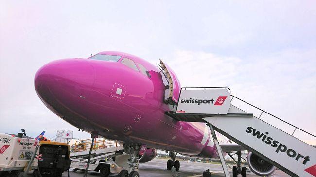 天空のレストランシリーズ、ここではヨーロッパの路線を紹介したい。アエロフロートとアリタリア、KLMは別途シリーズを組んでいる。<br />https://4travel.jp/travelogue/10710699<br />ここで紹介する航空会社11社のうち、2社は既に倒産し消滅してしまった。。今までヨーロッパ系の航空会社には20社以上乗ったことがあるが、今更ながらもう少し機内食の写真を撮っておけば良かったと今更ながら感じている。<br /><br />キプロス航空(CY)<br />南キプロスのフラッグキャリア。<br /><br />・フィンエア(AY)<br /> 機内食で飛行機を決めることはないが、飛行機で機内食を食べることも旅の中の楽しみの一つ。特にフィンランド航空の機内食の評判が高いと聞いていたので楽しみにしていた。確かにフィンランド航空の機内食はおいしかったが、もう一品ぐらいあってもよかったなーと思うことも・・・。またチャイルドミールについては殆ど大人と代わりがなかったのは少し残念。特に日本へ向かう機内での朝食はとても子供向けの朝食にはちょっと・・・。<br /><br />・フィンコムエアラインズ(FC)<br />フィンエアのコミューターエアラインズ。機内サービスはフィンエアとほとんど変わらない。<br /><br />・エアバルティック(BT)<br /> 意外によかったのはエアバルティック。ラトビアのフラッグキャリアで且つLCC。機内食は有料制で、事前にウェブから予約も可能。シカのハンバーグや七面鳥のむね肉をメインに持ってくる機内食があるなど、ボリュームよりも味にこだわった感じが強く、実際にとてもおいしく食べることが出来た。<br /><br />・スカンジナビア航空(SK)<br /> スカンジナビア航空は欧州国内の短距離便で利用したが、飲食物全て有料制。同じ近距離でもフィンランド航空は飲み物はサービスされ、北欧の二大エアラインでの政策の差を感じた。<br /> チャイルドキットについてはどこも子供の気を引かせる為に絵本形式なっていたりお絵かきセットになっていたりしていたが、特筆なのはスカンジナビア航空のシールセット。小さい子供はシールが大好きで何度も貼ったりはがしたりする。そんな子供の気持ちを捉えて何度でもはがしたり貼ったりできるシールを用意していたり、指人形を配布したり、幼児連れの旅行者には助かるキットだった。<br /><br />・ノルウェージャン エアシャトル(DY)<br />ノルウェーをベースに置くLCC。インフライトサービスは有料制だ。機内はシックな赤をベースにしている。<br /><br />・ベレエア(LZ)<br />アルバニアのティラナを拠点に置く航空会社。2013年に残念ながら倒産してしまった航空会社だ。<br /><br />・イージージェット<br />ヨーロッパを代表するLCC。ライアンより良い印象をもっているが、サービスに応じて価格が高くなるので、納得の行くサービス(座席指定や機内預けの荷物など)なのか、レガシーキャリアと比較しながら利用したい。<br /><br />・UTエア<br />1991年にアエロフロートから分離し、改名を重ね現在のUTエアになったのが2003年。ロシアのハンティマンシースクやモスクワのヴヌコヴォ国際空港等をベースに置く。ロシアのエアーとしてはアエロフロート、S7航空に続く第三勢力に位置づけられるだろう。<br /> 2007年から2018年までの間に死亡事故を3件も起こしている。<br /><br />・アイスランド航空<br />言わずと知れたアイスランドのフラッグキャリア。アイスランド唯一のLCC、WOW Airと価格も変わらず、サービスはアイスランド航空の方がよいのであれば、誰もがアイスランド航空をつかうだろう。早朝便には子供は軽食が無料でついていたのでありがたかった。ただ航空券を購入する際にわかるようにしてほしかった。付いていることを知らなかったので機内食をプリオーダーしてしまった。アイスランド航空の短距離路線は機内食は有料だ。<br /><br /><br />・Wowエア<br /> 2011年11月にアイスランド初のLCC。2018年11月にアイスランド航空グループの傘下に入ったが、2019年3月28日に営業を停止した。12月利用時に営業停止しなくてホッとした。<br /><br />・英国航空(BA)<br />2018年10月に24年ぶりに利用した。英国航空のブランドからヨーロッパ内の路線もフルサービスなのかと思いきや、LCCと変わらず飲み物も有料だったことには驚いた。<br /><br />