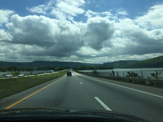 ハイウェイI-24をマーフリーズボロからチャタヌーガに走っていると、雨も止んで美しいテネシー川沿いの景色が現れました。