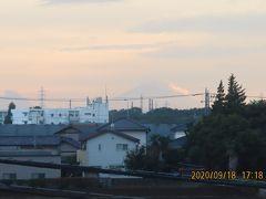 雲がかかった夕焼け富士を見る