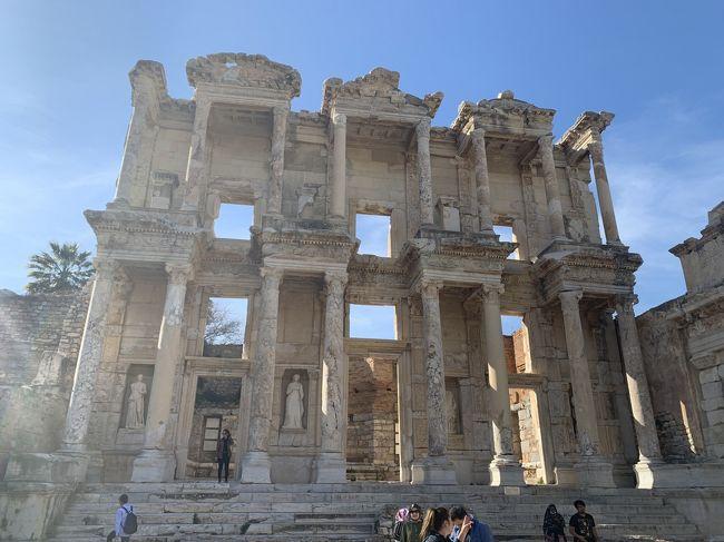 2020年の2月にトルコに行ってきました。<br />トルコは初めてなので、各地を巡ってくれるツアーに参加しました。<br />トルコ10日間周遊のツアーはたくさんあるのですが、日程や行き先は大体同じだと思うので、迷ってる方の参考にしていただきたいです。また、海外旅行に行けない今、少しでも海外旅行をした気分になっていただければ幸いです。<br />日程は以下の通りです。<br /><br />【日程】<br />1日目:成田→ドーハ→アダナ(トルコ)<br />2日目:カッパドキア観光<br />3日目:カッパドキア観光<br />4日目:コンヤ観光<br />5日目:パムッカレ観光<br />6日目:アフロディシアス、エフェソス、クシャダス観光<br />7日目:ベルガマ、ブルサ観光<br />8日目:イスタンブール観光<br />9日目:イスタンブール観光<br />10日目:イスタンブール→ドーハ→成田<br /><br />6日目はアフロディシアス、エフェソス観光です。<br />正直あまり期待値は高くなかったのですが、思っていたよりも素晴らしい遺跡でした。