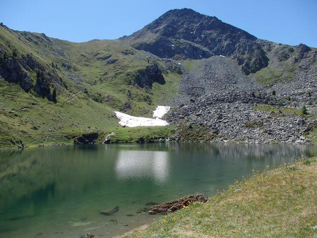 ピーラ山上でちょっと歩いただけで行くことができるラーゴ・シャモーレ。<br />この時はまだ奥にもう一つの湖があることを知らなかったので、ラーゴ・シャモーレ湖畔沿いと少しだけ上に続くハイキングコースを歩いただけで帰ってきました。あと1時間15分でもう一つの湖に行けたのにと思うと残念!いつか再訪することができたらいいけれど・・・。<br /><br />☆&#39;.・*.・:★&#39;.・*.・:☆&#39;.・*.・:★&#39;.・*.・:☆&#39;.・*.・:★&#39;.・*.・:☆&#39;.・*.・:★&#39;.・*.・:☆&#39;.・*.・:★<br /><br />【スケジュール】<br /><br />7月8日(日)関空発<br />7月9日(月)ドバイ乗り継ぎでミラノ着(ミラノ泊)<br />7月10日(火)ミラノ→アオスタ、アオスタ散策(アオスタ泊)<br />7月11日(水)コーニュ訪問&ピーラの山上へ(アオスタ泊)<br />7月12日(木)アオスタ→クールマイヨール(クールマイヨール泊)<br />7月13日(金)クールマイヨール→ラ・トゥール(ラ・トゥール泊)<br />7月14日(土)ラ・トゥールクール→マイヨール、シェクルイ湖ハイキング(クールマイヨール泊)<br />7月15日(日)フェレの谷ハイキング(クールマイヨール泊)<br />7月16日(月)クールマイヨール→トリノ(トリノ泊)<br />7月17日(火)トリノ市内観光(トリノ泊)<br />7月18日(水)トリノ→ミラノ、ミラノ市内観光(ミラノ泊)<br />7月19日(木)ミラノ発→ドバイ空港<br />7月20日(金)ドバイ空港→関空着
