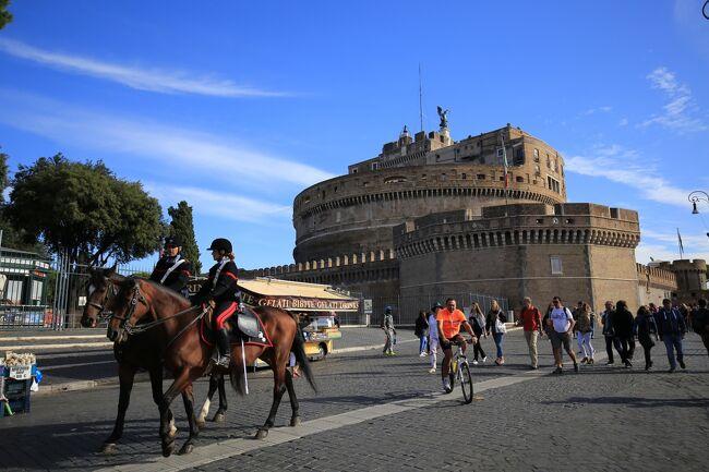 2017年10月 フランス凱旋門賞とイタリア鉄道の旅(10)最終回はヴァチカン市国を観光後、「ローマの休日」で有名な観光地を周ります。<br /><br />今回はサン・ピエトロ大聖堂を後にして最初に向かったのはサンタンジェロ城とテヴェレ川。ローマの休日ではふたりの気持ちが恋に変わった後半の重要な場面、前回と同様また訪れてしまいました。<br />次に向かったのは嘘をつくと手首を噛み切られてしまうという怖い場所。アン王女がとてもチャーミングに描かれていてローマ市を観光する時は必ず行ってみたい人気の観光地となりました。<br /><br />今回の旅行の目的<br />(1)凱旋門賞観戦 シャンティイ競馬場・芝2400m<br /><br />(2)イタリアの高速列車、フレッチェロッサ(FrecciaRossa)とイタロ     italoに乗車。<br /><br />(3)ベネツィアでゴンドラに乗る。(×)<br /><br />(4)フィレンツェでウフィツィ美術館を見学。<br /><br />(5)ローマで美味しいパスタを食べる。<br /><br />(6)ヴァチカン市国でヴァチカン美術館を見学。<br /><br />今回の旅の世界遺産<br />登録名:フィレンツェ歴史地区<br />登録年:1982年<br />分類:文化遺産<br /><br />登録名:メディチ家の館と庭園<br />登録年:2013年<br />分類 :文化遺産<br /><br />登録名:ヴェネツィアとその潟<br />登録年:1987年<br />分類 :文化遺産<br /><br />登録名:ピサのドゥオモ広場<br />登録年:1987年<br />分類 :文化遺産<br /><br />登録名:ヴァチカン市国<br />登録年:1984年<br />分類 :文化遺産<br /><br />-全日程-<br />◎が今回の旅行記<br /><br />9月29日(金) <br />広島駅18:39発(さくら567号)博多19:47着<br />福岡21:00分発(JL332)羽田22:35着9月30日(土) <br />大崎25:00分発(WILLER EXPRESS) 成田 <br />成田11:40分発 (JL415) パリ17:10分着<br /><br />10月1日(日) <br />パリ北駅9:41分発(TER)シャンティイ・グヴィユ駅<br />凱旋門賞 観戦<br /><br />10月2日(月) <br />(ベネツィアの空港のストライキにより出発が遅延)<br />午前パリ観光<br />パリ18:05分発 (AF1426) ベニスVCE 19:40分着<br />             <br />10月3日(火) <br />ベネツィア観光<br /><br />10月4日(水) <br />ベネツィア半日観光 <br />ベネツィア駅15:50分発(フレッチェロッサ9744)ミラノ18:15分着<br />      <br />10月5日(木)<br />ミラノ駅9:35分発(イタロ9911)フィレンツェ11:25分着<br />フィレンツェSMN駅12:28分発(レジョナーレ・ヴェローチェ3170) <br />ピサ13:28分着<br />ピサの斜塔観光<br />ピサ駅17:32駅(レジョナーレ・ヴェローチェ3118)  <br />フィレンツェSMN駅18:32着  <br /><br />10月6日(金)<br />フィレンツェ観光<br /><br />10月7日(土)<br />フィレンツェ駅9:33分発(イタロ9905)ローマ駅11:05分着<br />ローマ市内、ヴァチカン市国 半日観光<br /><br />◎10月8日(日)<br />ヴァチカン市国、ローマ市内 半日観光<br />ローマ16:10分発 (AF1105) パリCDG18:20分着<br />パリCDG21:55分発 (JL416)<br /><br />◎10月9日(月)成田16:30分着<br />成田 (リムジンバス)羽田<br />羽田18:55分発 (JL267) 広島20:40分着<br /><br />写真はサンタンジェロ城