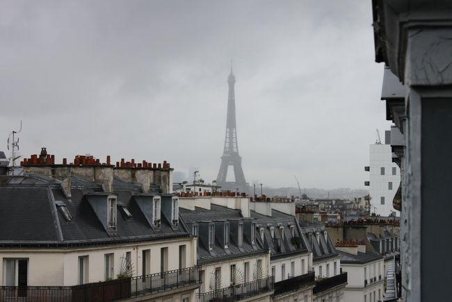 9月に入った途端、パリの街は一変した。<br />バカンスに出かけた多くの市民が戻り、学校を始め新しい年度が始まったからだ。<br />通りには人と車があふれ、交通を巡って時には怒号が飛び交う光景もみられる。<br /><br />夏のパリに居残ってガランとした街の情景を見慣れてしまった身からすると、まるでフィルムのコマがいくつも飛んでしまった映画を見ているような気持になる。<br /><br />戻ってきた喧噪、これが都会の日常というものだろう。<br />だが、戻ってきたのは人々だけではない。<br />バカンス明けのコロナウイルス感染者数は増加する一方で、ついには一日で16000人以上という日も発生した。<br /><br />人びとの行動をみていると、こうした事態はさもありなんと思うのだが、他人事で済ませられる問題でもなく、ウイルス自衛に気を抜けない日々はまだまだ続きそうだ。<br /><br />秋の気配はあっても、8月以来の暑さはあいかわらず続き、夏スタイルで油断していたら、ある日突然寒さがやってきた。<br /><br />季節の移り変わりというものは、もう少し穏やかであっていいじゃありませんか、とつい日本の四季を引き合いに出したくなるのだが、寒さに身震いして慌てて上着を探す羽目になった。<br /><br />もちろん再び温かくもなったのだが、下旬からは雨が続き、空はどんよりとした雲が垂れ下がっている。<br />いかにもパリの秋だ、という人もいるが、今となるとつい先ごろまでのあの夏の青空がちょっと懐かしく思えてくる。<br /><br />