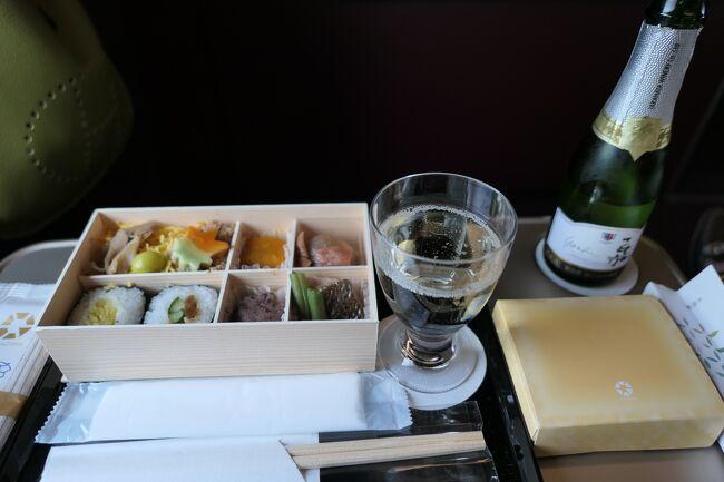 2020年10月1日-2日、毎年恒例の別所温泉に行きました♪<br />今回も松茸をたっぷりと楽しめました♪<br /><br />☆Vol.1:第1日目(10月1日)東京-上田-別所温泉♪<br />東京から北陸新幹線「はくたか」のグランクラスで上田駅へ。。<br />美味しいお弁当とシャンパンを頂きながら、車窓の風景を眺めて。<br />懐かしの軽井沢を通過。<br />高原は早くも色付き始めている。<br />上田駅からタクシーで別所温泉へ。<br />コスモスが咲き乱れ、黄金の水田は収穫真っ最中。<br />日本の秋の風景はどこかほっとする。<br />信州の秋は本当に美しい。<br />ゆったりと眺めて♪<br />