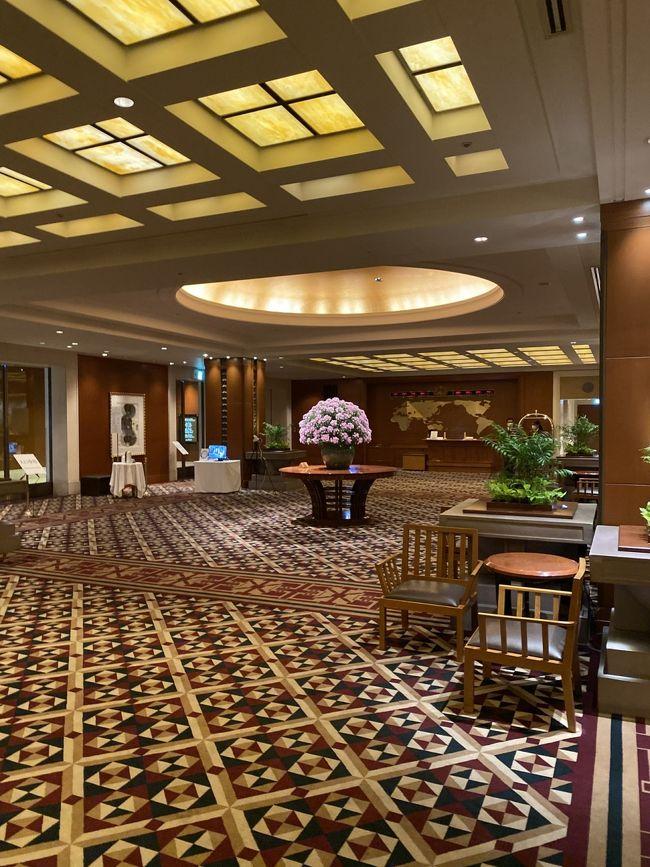 今回はGOTOトラベルキャンペーンを利用して帝国ホテル大阪に泊まってきました.<br /> 大阪府民なので、大阪にあるこんな高級ホテルとはご縁がなかったのですが、沖縄の「ハレクラニ」や「リッツカールトン」あたりだとちょっと感染の心配もあり、予算的にもオーバーなので近場の高級ホテルでおいしいものを食べることにしました。<br /> チェックインの10月1日は「地域クーポン」のスタートの日でもあり、ホテルのフロントで尋ねても、なかなか詳細がわかりにくいとのことでした。まあ、初日だしこんなもんでしょう。<br /><br /> 今回の目玉は日本一長いといわれている「天神橋筋商店街」で「一人焼肉」をすることと「スーパーマーボー豆腐」を食べることです。それと「帝国ホテル大阪」への宿泊ですね。やはりこの表紙写真の通り重厚なフロントです。帝国ホテルって「東京」「大阪」「上高地」の3軒だけなんですね。希少価値ありますよね。そこの「インペリアルフロアー」に泊まってのんびりしますよ。<br /> 大阪人でありながら、「天満橋」「天神橋筋」などは天神祭りをテレビで見るくらいであまり土地勘もない場所でしたが、「GOTOトラベル」のおかげで「帝国ホテル」にも宿泊できるし、地元大阪も再発見できるし、高級ホテルの一人旅もいいもんです。<br /><br /> 帝国ホテル大阪は「バスでの大阪駅前へのアクセス」がいいですね。シャトルバスが出ているんですが、頻度が多いし、時間も15分で着きます。<br />コロナの中、あまり「遠出」もむつかしいと考え、企画したのですが去年のロマンチック街道一人旅と同じく、まったく目的地の調整が必要ない一人旅で、「自由さ」が「寂しさ」を上回ります。<br /><br />これは、もうやめられないかも。