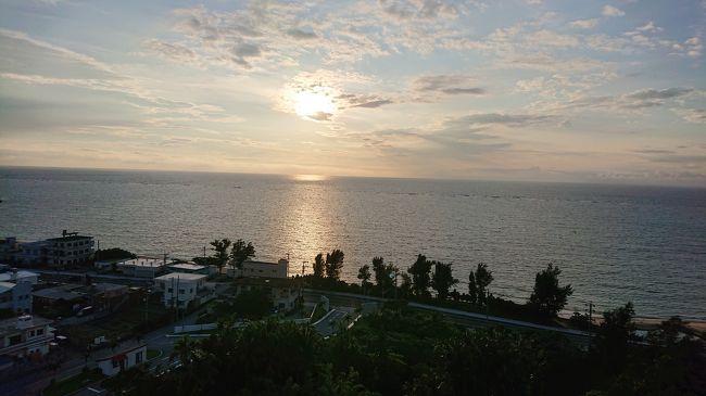 「☆初夏~沖縄☆まったり~自由気ままな大人旅☆」<br /><br />コロナの影響もあり、待ちに待った沖縄♪♪<br /><br />「美しいサンセットと<br />       お部屋楽しみにしときや~」<br />いつも励ましてくれるSeaちゃん<br /><br />「行きたい場所とルートを調べておいてね」<br />コロナ自棄中でしたが<br />検索の楽しい時間を過ごす事が出来ました。<br />ここから旅は、始まってる&#11013;️旅の醍醐味!!<br />旅行の楽しみ方を教えて貰えました。<br /><br />マスクと消毒液と手洗い!!<br />機内では静かに目をつぶる!!<br />感染対策バッチリ<br />