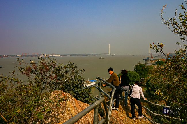 自転車で世界を旅する若者と当時流行っていたmixiで知り合いになり、上海に来るという事だったので家に泊めてあげた。<br /><br />若者と、ここまでのルートの話をしていると、南京を通って来たそうだが、大屠殺遭難同胞紀念館を見ていないとのこと・・・<br />しかも、南京大虐殺事件の事も知らないという事が分かった。<br /><br />これは、年上のおじさんとしては、教えてあげないといけないと思い、一緒に南京へ行く事にした。<br />上海駐在時、南京行きだけは、どういう気持ちで向き合ったら良いのか決められず、なかなか行く気にならない場所だった。<br />南京大虐殺を知らない若者と知り合ったお陰で、南京に行くきっかけが出来、私にとっても記憶に残る旅となった。