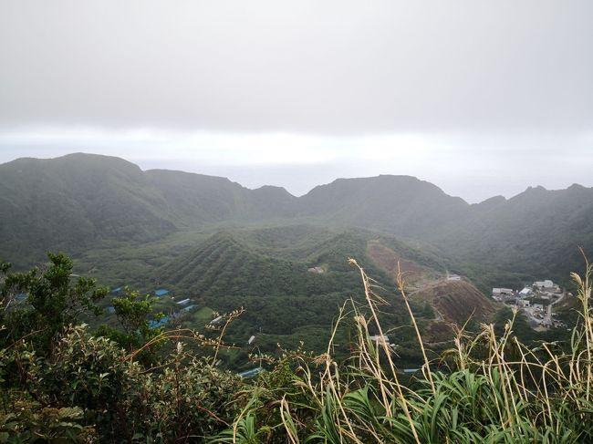 青ヶ島はいつか行ってみたいなーなんて思ってて、そんな中9月に行った友人からパンフレットをもらい、さらに行きたい気持ちが高まる。<br />他の友人も「これは行きたい」となったので、一緒に行ってみましょー。<br /><br />10/17 HND-HAC、ヘリで青ヶ島へ、観光<br />10/18 ヘリで八丈島へ、ちょっと観光、HAC-HND<br /><br />【ヘリ】<br />東京愛らんどシャトル<br />http://tohoair-tal.jp/<br />青ヶ島へは1日1本。9席のみで、多分島民枠もあるので観光客はもっと枠が少ないのかも。<br />オンライン予約もあるけど、予約開始は電話の方が早い。<br />友人と分担し、電話かけまくって席を予約する。<br />八丈島→青ヶ島 9:20 - 9:40<br />青ヶ島→八丈島 9:45 - 10:05<br />ANAの乗り継ぎには合わせてないから、ANAが大幅ディレイしたらアウト。<br /><br />【宿】<br />民宿かいゆう丸<br />https://kaiyumaru.info/