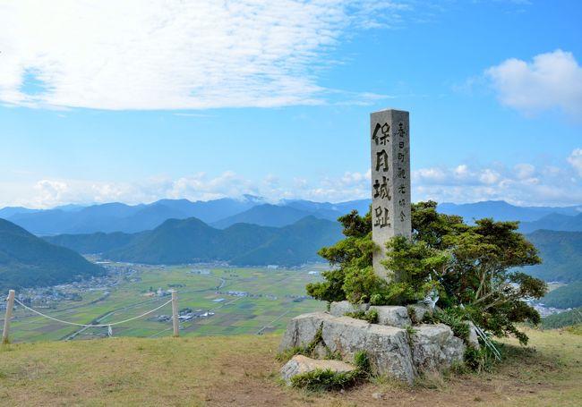 神戸に用事があったので、少し寄り道をして丹波の黒井城を訪ねた。1年前、城崎温泉からの帰りに近くを通り、登りたくなったが、その時は時間がなかった。登山口に駐車して、約40分の登り。三の丸から本丸へと石垣が残されている。360度の展望も素晴らしい。