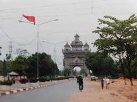 2001GW ラオス:とっても静かな首都ビエンチャン、メコン川と独立記念塔と寺院