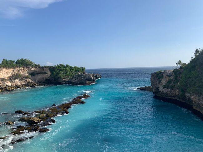 白い砂浜と青い海、南国のイメージそのものの景色広がるレンボンガン島。<br />バリ島のサヌールから、スピードボートで約30分で到着します。<br />そのレンボンガン島の南に位置する小さな島、チュニンガン島のブルーラグーンに行ってきました。<br />その名の通り、青い海が綺麗で感動です。<br />自然が生み出した絶景。お勧めです!<br />レンボンガン島からチュニンガン島まで、橋がかかっていて、バイクで渡る事が出来ます。<br />その橋、イエローブリッジからバイクで約5分の所にブルーラグーンがあります。<br /><br />手付かずの自然残る島々で、隠れ家がたくさんありました!