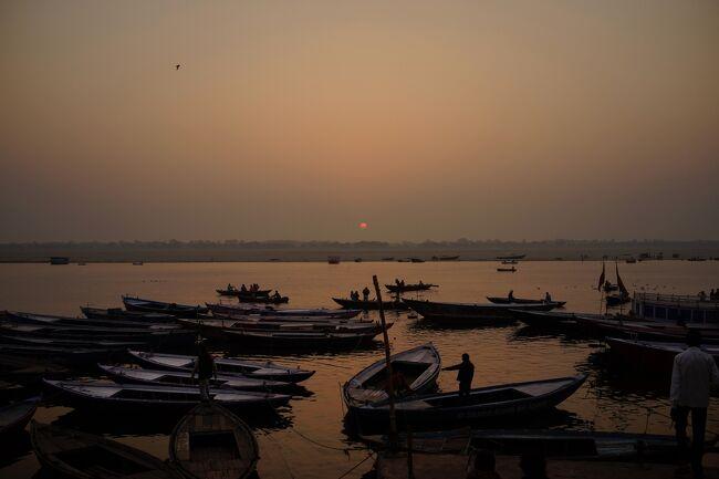 この旅のメインであるバラナシ<br />火葬場はカトマンドゥで見たことはあるが、様々なメディアでみたガートってどんな雰囲気なんだろう。長澤まさみが泳いだガンジス川ってほんとに臭いのか、ホントに遺体が流れてるか・・・<br />不安と期待でいっぱいだった