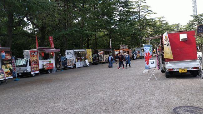 鶴舞公園で友人と待ち合わせしました。<br />お喋りも外の方が安心です。ちょうど秋祭りを開催していて<br />車の販売が数珠つなぎになって賑やかでした~!<br />テントを張って寛いでいる人たちもいました。<br />久々の青空で、暑いくらいの日差しでありがたかった~