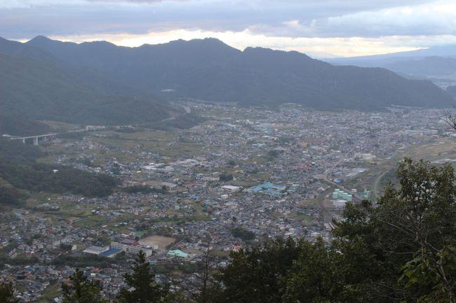 長野県・坂城の葛尾城跡へ登ってきました。<br />葛尾城は戦国時代・北信濃の戦国武将だった村上義清の居城だったところです。<br />村上義清と言ってもあまり有名ではありませんが、生涯70余りの合戦で2敗しかしなかった常勝・武田信玄が、その2敗を喫した「天敵」の武将です。<br />大河ドラマ「風林火山」では、主人公の山本勘介(内野聖陽さん)と武田信玄(4代目・市川猿之助さん)の強敵として、「中ボス」として登場、永島敏行さんが演じていました(「ラスボス」はガクトの上杉謙信)。<br />武田信玄を苦しめた強敵の居城らしく、なかなかハードな山登りでした。