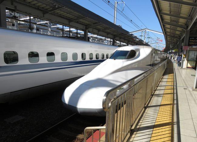 2020年1月中旬にドバイ、アブダビへの旅の後、新型コロナ問題で、旅はしなかった。go to トラベルが始まり、それを利用して、今回東京の帝国ホテルに二泊してきた。実質半額になる有難い制度だ。<br /><br />新幹線グリーン車で小倉駅を2020年10月25日10:31にのぞみ20号で出発し、東京駅に15:13到着。帰りは10月27日14:09東京駅発のぞみ39号出発で、小倉駅18:50到着。      <br /><br />実は東京まで新幹線で行くということは長い間なかった。昔はそうしていたが、近くに飛行場が3か所あり、料金も安いものが増えたので、わざわざ新幹線を利用する理由が全くなくなったからだ。遅いし高いという二重の弱点を持つからだ。九州や西日本から東京に行くのに新幹線利用というのは、飛行場が近くにない場合だけの不自然な行動になってしまった。<br /><br />やはり4時間40分は長い!車窓からデジカメで久し振りに高速シャッター撮影をした。新幹線の場合、沿線の眺めは大したことはないと再認識した。高いフェンスや電線など邪魔が多いし、トンネルばかりだ。大きい川を渡る時は橋の柱が写りこむし。。<br /><br />高速鉄道が役立つのは大都市間や地方都市間の中距離交通のみだろう。ローカル鉄道はほとんど半死状態で、車やバスになっているし、、。いくら海外売り込みをしても新幹線技術が殆ど売れないのは、よくわかる。長崎や北海道に今でも新幹線新設を運動している人達がいるが、後の運営費を考えると。。。<br /><br />リニアモーターカーに至っては、あれはバブル時代の発想だったと思う。もう引き返せない。。。名古屋に急いで行く用事がそんなにあるとは思えないし、逆もそうだ。<br /><br />以下の写真は小倉駅から東京駅までの行きの列車の進行時間通りに出す。<br />