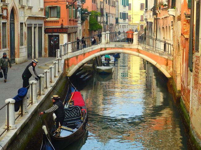 ヴェネツィア・カーニバル(Carnevale di Venezia)は今年最後まで開催されなかった祭典 デイ1@Combo Venezia<br /><br />カンナレージョ地区を縦断して、トラットリア・ポンティーニで昼食を、午後過ぎにはこれがホステルかと目を疑うコンボヴェネツィアへチェックイン。 <br /><br />この日はそれ以外は自由行動です。ムラーノ島へ行こうかと思いましたが、気分次第で変更可能。<br /><br /><br /><br />カンナレージョの運河沿いの道は、絵葉書のような閑静な街並み。<br /><br />対する目抜き通りはどこまでもお店屋さんが続くにぎやかさで、便利さと落ち着きが同時に味わえます。<br /><br />