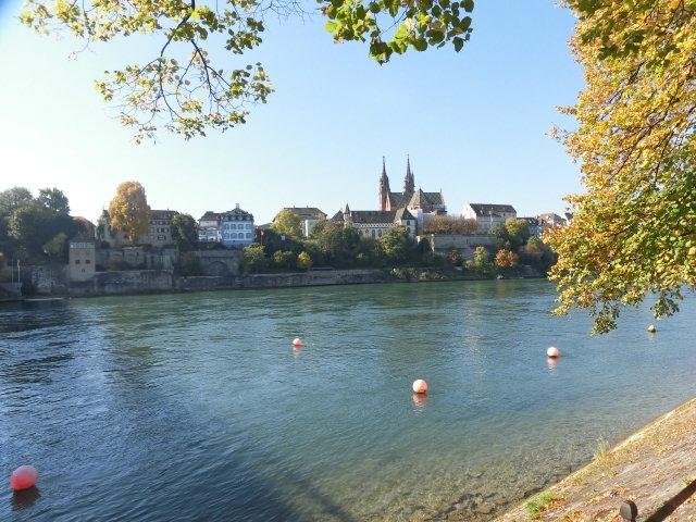 秋晴れのまだ暖かい10月のある日、フランクフルトから列車でスイス・バーゼルまでの日帰りを思いつき、出発。ライン河畔は本当に美しく絵になる。ドイツ側駅のバーディッシェバーンホーフ駅で降りて、お天気がいいので、結局市庁舎の方まで歩いてしまった。(バーゼルの市内へ入るにはスイス側の軽(SBB駅)まで鉄道で行くよりもドイツ側で降りてトラムで行く方がお得)まずはネットで探しておいたフランス人のクレープやさんへ。午後のお茶にはバーゼルに留学中の知り合いの学生を授業の合間に呼び出して旧市内でモンブラン(スイスでは「バミセリ」という)を。まだコートなしで外に座れる暖かさだった。日が当たると冬になる最後の日まで外に座りたがるヨーロッパの人たち。でもデパートの中は10月半ばというのにクリスマスの飾りつけも始まっていて何かチグハグ。