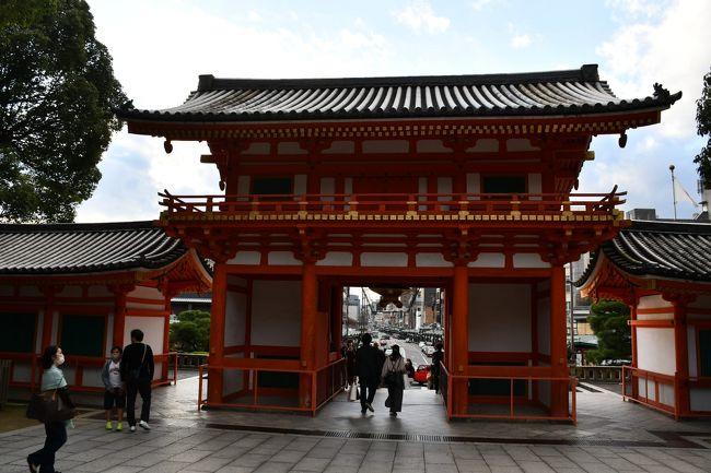秋晴れの一日、四条界隈と知恩院さんを巡ってきました。四条通の突き当たり、京大坂では突き当たりを「どんつき」と言いますが、四条通の東端が八坂神社です。地元では「祇園さん」という通称です。地続きで円山公園、その北側が知恩院さんです。外出自粛も緩められて、人出が戻ってきました。