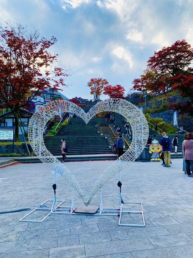 渋川駅からバスで伊香保温泉石段街へ。365段の石段を登り、伊香保神社で御朱印いただき、河鹿橋の紅葉を見てホテルに戻りました。