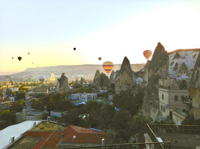 2014年の夏休みの家族旅行の記録です。<br />長女10歳、次女5歳を連れた母娘3人旅です。<br />イスタンブールからカッパドキアに行きました。<br />カッパドキアでやりたかったのは、洞窟ホテルに泊まることと、気球に乗ることでした。<br />洞窟ホテルはアリの巣みたいな地下3階にも渡る部屋で、見たこともない不思議な部屋に子供たちも喜んでいました。<br />今、高校生になった長女はトルコでは洞窟ホテルが一番印象に残ってるそうです。<br />たくさんの気球が、奇岩群の上を飛んでいく眺めはまさに絶景で、本当に感動しました。<br />不思議な景色の中で、非日常的な体験ができたカッパドキアでした。<br /><br />&lt;スケジュール><br />8/2 羽田からドバイ経由でイスタンブール <br />8/3 イスタンブール観光 <br />8/4 イスタンブール半日観光後、飛行機でカッパドキア ←ココ<br />8/5 カッパドキア終日観光 ←ココ<br />8/6 カッパドキアからパムッカレに移動 ←ココ<br />8/7 パムッカレ終日観光<br />8/8 パムッカレからクシャダシに移動<br />8/9 エフェソス遺跡観光<br />8/10 クシャダシからサモス島経由でミコノス島に移動<br />8/11 ミコノス終日観光<br />8/12 ミコノス島からサントリーニ島に移動<br />8/13 サントリーニ終日観光<br />8/14 サントリーニから飛行機でアテネに移動<br />8/15 アテネ終日観光<br />8/16 アテネからドバイ<br />8/17 ドバイ経由で羽田着