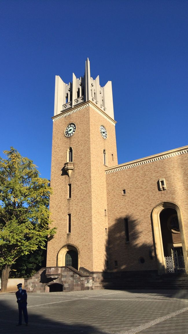 妻の母校、早稲田大学に行ってみました。<br />コロナの影響でキャンパス内は閑散としてました。<br />記念に早大グッズを買おうにも売店の営業時間が短くて買うのに苦労しました。<br />雲のない素敵な青空の大隈講堂が撮れてよかったです。