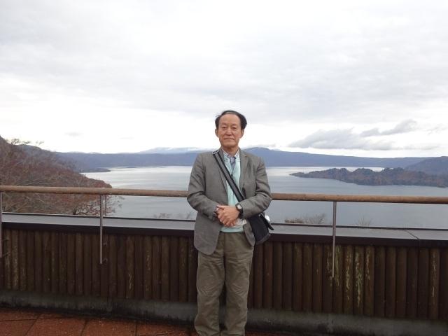 ホテルを7:45に出発。標高631m発荷峠展望台に9:10に到着。秋田県側から十和田湖を見渡す。青森県に移動して湖上の美しい風景や乙女像を十和田湖遊覧船から望みました。その後、奥入瀬渓流で躍動感ある渓流日と最後の紅葉を味わいました。昼からは八甲田山ロープウェイに乗って山頂から遠く津軽半島、下北半島を望みました。その後、黒石市の中のもみじ山で紅葉狩りを堪能しました。
