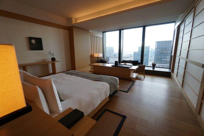 アマン東京 <br />プレミアルーム<br />総点80点<br /><br />今年の夏にアマン京都を訪問して以来、国内2度目のアマン<br />アマンは基本リゾート地域にしかホテルをつくらない<br />なので東京都内のど真ん中での開業というのは世界的にも非常に珍しいと思われる<br />一泊当たりの宿泊金額は日本国内最高クラスなので期待をしてGo<br /><br />到着時1階ベルでは人がまわっていない感じでかなり遅れてサポートに入ってくれる<br />エレベーターまではよかったが扉が閉まる前に会釈したのみでそのまま行ってしまった<br />普通は見送るでしょw・・・・ありえない<br /><br /><br />この後上階のロビーに行ってもスタッフの教育不足は数多く露呈する<br />チェックインカウンターは小さくロビーで座りながらのチェックインスタイル<br />ロビーは凄い解放感で初めてパークハイアット新宿に行った時を思い出した<br />でもそれを目当てに来るカフェだけの客が多くてロビーを含め凄い人で閉口<br />端の方にアナウンスされて暫く待機<br /><br />まず、チェックイン担当女性<br />広島あたりの方言そのままで非常に言葉がきつく感じる<br />大阪人の僕ですらそう思うのだからちょっと違和感ありすぎ<br />「レストランはすべてしまっとります」<br />~とります<br />~やっとります<br />全ての語尾がこれ<br /><br />で、とにかく到着までレストランが全て休みなのも一切アナウンスなかったのが残念<br />フォーシーズンズホテル京都もカフェしか営業していなかったけれどコロナだとしても超高級ホテルとしてきちんともてなしていただきたいなぁ<br />結局今回訪問した5つのホテル、京都サウザンド、シャングリラ、アマン、マンダリンオリエンタル、ペニンシュラの中では一番高いアマンだけがレストラン閉店<br /><br />チェックインは混んでいて結構な時間を消費<br />こんなに人が多いなら部屋でチェックインすればいいのに・・・<br />で案内されたのはプレミアルーム 80平米だとか<br />玄関が大きくて右側の扉を開けるとスイートになるタイプらしい<br />部屋は窓が下から上まであり天井も高く開放感は抜群<br />この解放感はなかなか他では味わえない<br />客室の質感もよく雰囲気も素敵<br />アマン京都の木の浴槽とは違い石の浴槽なのでちょっとひんやりするのが残念だが床下暖房も完備されていてそれ以外には不満がない<br /><br />館内のレストランがお休みなので今回はルームサービスをチョイス<br />アマン全般に言えることなのだがアマンの食に関する原価率はどこも低い<br />なのでどこで食事しても基本美味しくない<br />リゾートでは島一つがアマンだったりするので基本他に食べに行けないことが多いわけだ<br />ということでホテルの歴史としては食をあまり重要視していないからではないかと推測する<br /><br />プールの雰囲気は重厚<br />水深が深いため子供一人では遊べない<br />だがリネンもフカフカで良いものが使われていて室温、水温も最高<br />非常にリラックスできる<br /><br />駄目だったのが朝食<br />朝8時にルームサービスに電話するも全くつながらない<br />仕方がないので8時30分にフロントに電話する<br />フロントにはすぐにつながった<br />で、注文して朝食が到着したのは11時<br />忙しそうだったので一度も催促しなかったがこれでは昼ご飯<br />チェックアウトは12時なので13時にしてもらってもいいですかとお願いするも不可との事(;´・ω・)<br />飯来ると思ってるから風呂もまだ入ってないんですけどね・・・<br />せっかく届けられた朝食もやっぱりまずくてw げんなり<br />しかも息子のアレルギー対応食と普通食と2食用意してくれていた様だが一切説明無し<br />途中でおかずや品数が微妙に違うので気がついたけどキッチンではきっちりした対応食を用意してくれているのにサービスがそのリレーションを怠ったのが原因だろう<br />これは命にもかかわる重要な事項なので猛省願いたい<br /><br />箱が良くてもソフトが駄目だと台無しになる典型的なパターン<br />しょうがないので12時過ぎにチェックアウトしてフロントに向かうとこれがまた長蛇の列<br />チェックアウト終了まで1時間待機<br />これならチェックアウトの時間ズラしてくれたらいいのにね<br />長い長いチェック