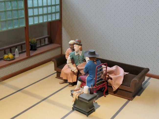 長崎は日本の中でも特殊な歴史をもつ。<br />南蛮貿易・朱印船貿易の拠点、鎖国中の西洋に開かれた唯一の窓口、キリスト教の広がりと迫害そして信徒発見の奇跡、日本の産業革命を牽引し幕末・明治維新の志士たちが活動した地、そして世界に2つしかない被爆都市・・・<br />16世紀に西洋との交流が始まって以来、日本列島の西の端の地方都市でありながら常に重要な役割を果たしてきた。<br /><br />2日目は中日なので丸1日観光できる。<br />当初の予定では午前中に軍艦島クルーズのはずだったが欠航が決まり、急きょ予定を組み直した。<br />平和公園周辺と外海(そとめ)地区まで足を延ばして出津文化村を観光した後、後編では長崎市街地まで戻っての観光。<br /><br />鎖国政策を行った江戸時代、西洋との唯一の窓口になっていた出島。<br />長崎観光では外せない出島と稲佐山に次ぐ夜景スポットの鍋冠山を訪れ、昨日観光済みのあそこにも再訪問します。