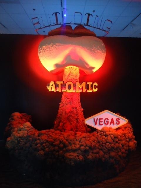 ネバダ核実験場の歴史と核実験の博物館として、スミソニアン協会にも加盟し2005年にオープンしました。車があればホテル街からすぐで、ラスベガス大学ラスベガス校の近くです。夜はラスベガスのマラソン大会のロックンロールマラソンを見ました。