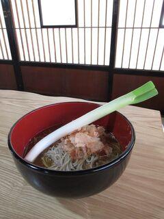 会津⑦ ねぎ一本を箸代わりにして手繰る、御存じ大内宿名物「三澤屋」の「高遠そば」でランチする