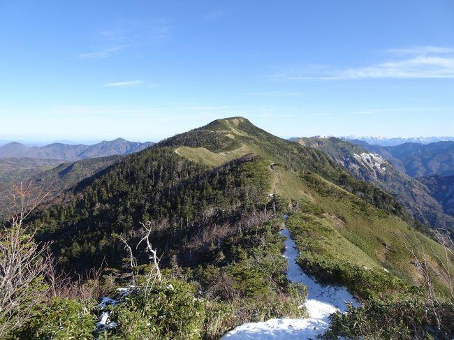 この週末は土日とも日本海側も天気が良さそうだったので、長野県北部の黒姫山と岩菅山に登ってきました。どちらも好展望で絶景を楽しめました。<br /><br /><旅程><br />【1日目(11/14)】<br /> 栄0:55→長野駅6:10(どっとこむライナー)<br /> 長野バスターミナル6:57→戸隠キャンプ場8:14(アルピコ交通)<br /> 戸隠キャンプ場バス停8:22-8:38登山口-10:52黒姫山11:11-13:22表登山口-13:51黒姫駅(徒歩)<br /> 黒姫14:14→北長野14:45(しなの鉄道北しなの線)<br /> 信濃吉田15:16→15:41小布施17:07→湯田中17:29(長野電鉄)<br />【2日目(11/15)】<br /> 湯田中駅6:00→一の瀬寮6:42(長電バス・奥志賀高原線)<br /> 一の瀬寮バス停6:47-7:05岩菅山登山口7:12-7:18小三郎小屋跡-7:36アライタ沢出合-8:23ノッキリ8:26-8:47岩菅山8:53-9:30裏岩菅山9:59-10:25岩菅山10:29-10:41ノッキリ10:43-11:18アライタ沢出合-11:34小三郎小屋跡-12:12一の瀬バス停(徒歩)<br /> 一の瀬12:45→13:01志賀高原山の駅13:03→13:18スノーモンキーパーク/渋温泉15:11→湯田中駅15:21(長電バス)<br /> 湯田中15:34→長野16:22(長野電鉄)<br /> 長野17:00→(JR)