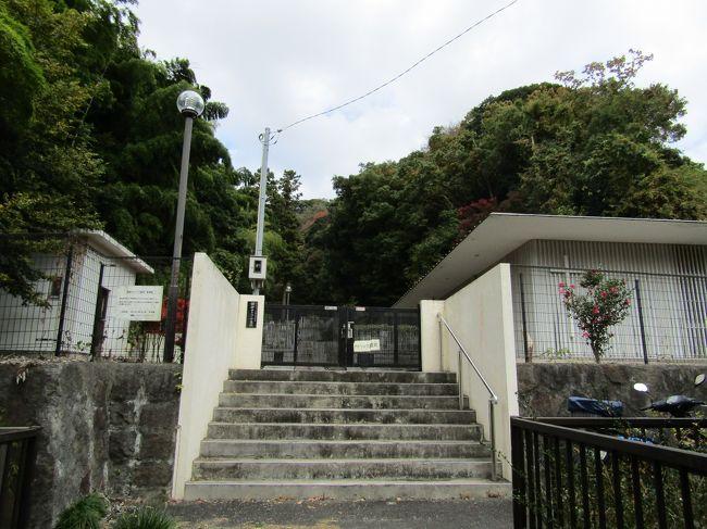 鎌倉市二階堂字紅葉谷の谷戸に鎌倉カトリック墓地がある。ただし、谷戸の入口には「鎌倉カトリック墓地 案内図」があり、門柱には「(宗)カトリック横浜司教区 鎌倉カトリック墓地」とあり、「鎌倉カトリック墓地」が名称であるはずなのだが、門の扉には2つに割れてしまっている 「鎌倉カトリック霊苑」の看板もある。したがって、「鎌倉カトリック霊苑」とも呼ばれている。<br /> 鎌倉では車のナンバーが「横浜」であるが、(宗)カトリックの司教区が「横浜」であるのは何か似ている。中心地横浜の一地区が鎌倉なのだろう。幕末に横浜が開港し、居留地が出来、教会が建てられた。そうしたカトリックの日本での歴史がこうした鎌倉カトリック墓地からも伺うことができる。<br /> また、紅葉谷(もみじがやつ)の谷戸の枝分かれしている小さな谷戸には瑞泉寺の塔頭があったのであろう。やぐらも残っている。しかし、明治維新の廃仏毀釈により、そうした塔頭は廃寺になり、その跡地がこのように鎌倉カトリック墓地になったものと考えられる。<br />(表紙写真は鎌倉カトリック墓地)
