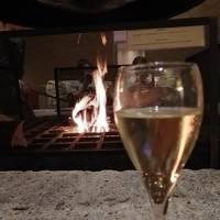 愛犬と宿泊。暖炉付きラウンジでシャンパン&ビールフリーフロー。硫黄大浴場。